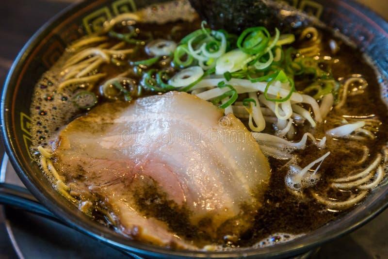 Ramen do tonkotsu de Kuro com carne de porco do chashu e broto de feijão imagens de stock royalty free