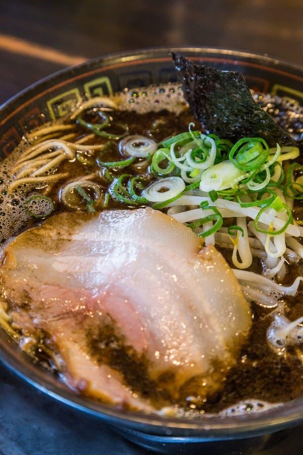 Ramen do tonkotsu de Kuro com carne de porco do chashu e broto de feijão foto de stock royalty free