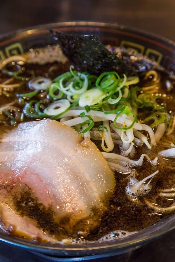 Ramen do tonkotsu de Kuro com carne de porco do chashu e broto de feijão foto de stock