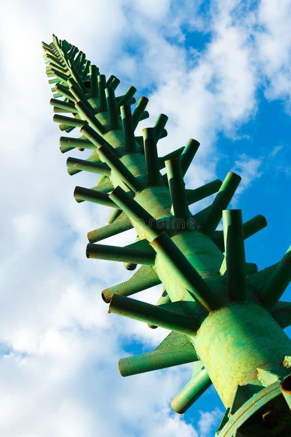 Ramen för installationen av julgranen mot den blåa himlen royaltyfria bilder