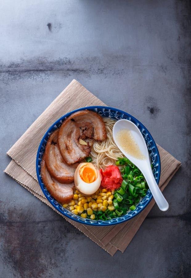 Ramen japoneses do tonkotsu, macarronetes do caldo do osso da carne de porco, espaço da cópia foto de stock