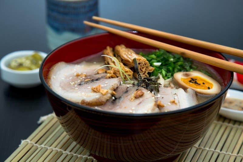 Ramen japoneses do tonkotsu, macarronetes do caldo do osso da carne de porco imagens de stock