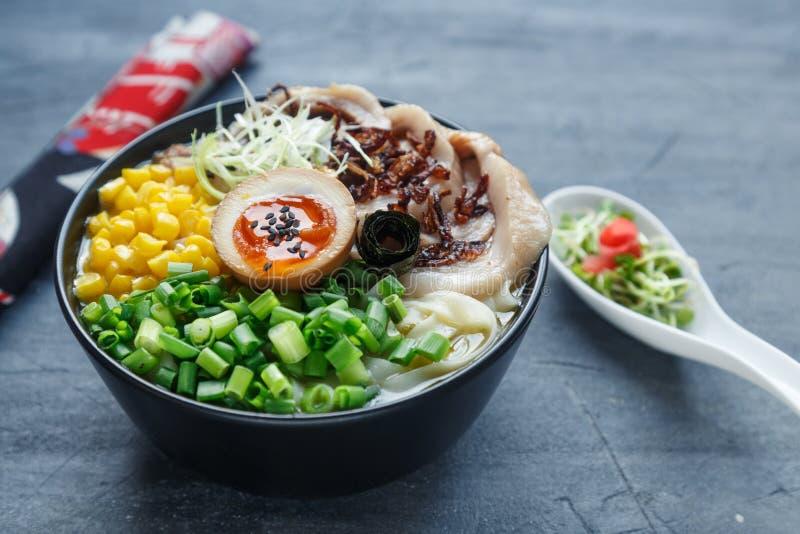 Ramen japoneses do tonkotsu, macarronetes do caldo do osso da carne de porco com chashu, ovo, milho e chalotas fotos de stock
