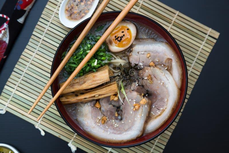 Ramen japoneses do tonkotsu, opinião superior dos macarronetes do caldo do osso da carne de porco imagem de stock royalty free