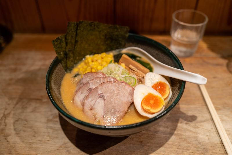 Ramen noodels mit Fleisch und Ei in Tokio lizenzfreie stockbilder