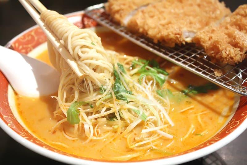 Ramen Nudeln mit dämpfender heißer Suppe stockfotos