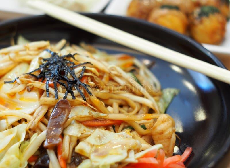 RAMEN: O estilo japonês fritou o macarronete com o legume fresco do calamar da galinha e o óleo de sésamo imagem de stock royalty free