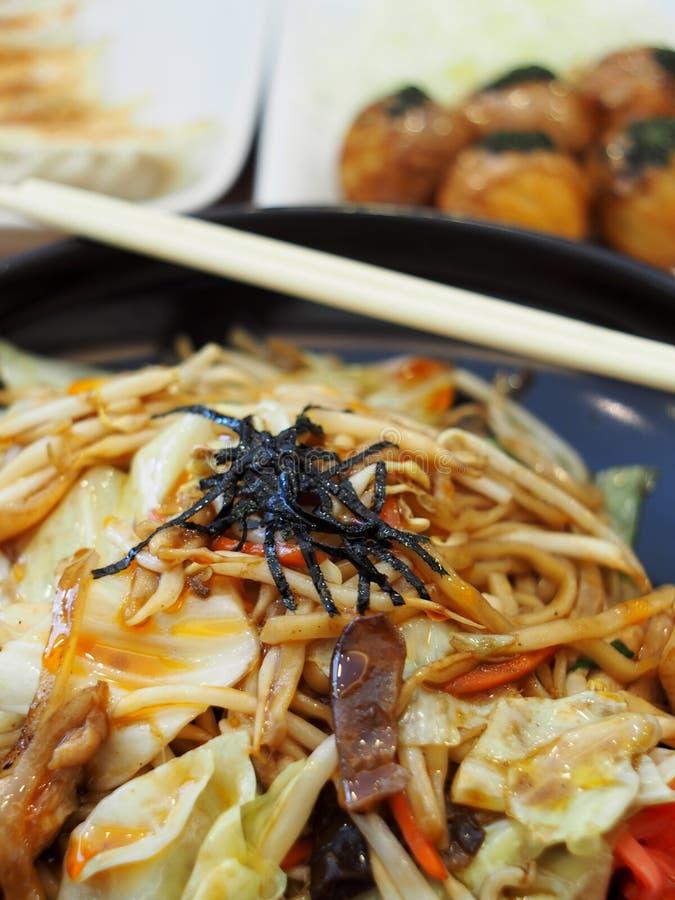 RAMEN: O estilo japonês fritou o macarronete com o legume fresco do calamar da galinha e o óleo de sésamo fotos de stock royalty free