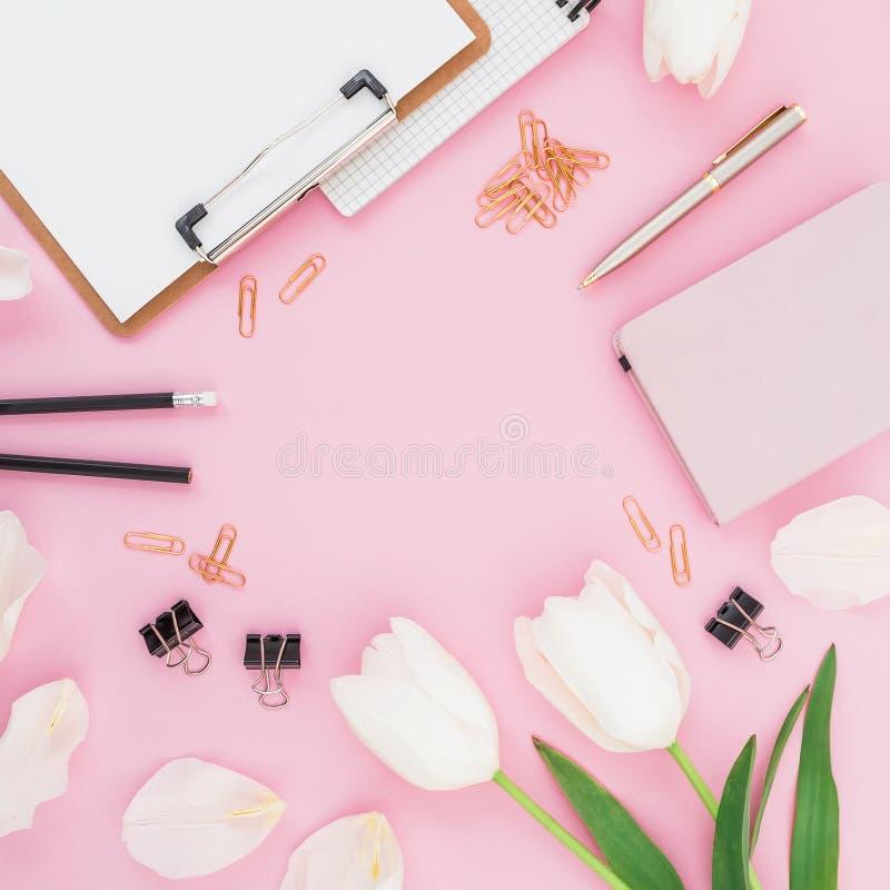 Ramen som göras av tulpan, blommar med skrivplattan, gem och mejeri på rosa bakgrund Bloggerbegrepp Lekmanna- lägenhet, bästa sik royaltyfri foto