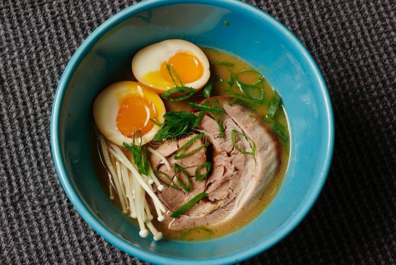 Ramenkom met zachte gekookte eieren en varkensvleesbuik royalty-vrije stock fotografie
