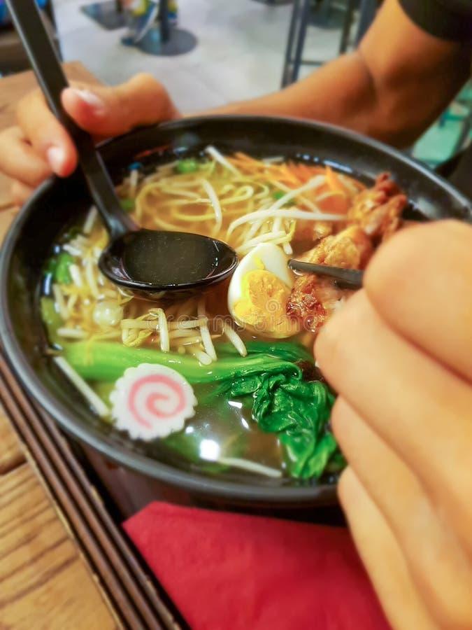 Ramenmaten är en typisk japansk maträtt arkivfoton