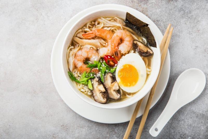 RamenNudelsuppe mit Garnele, Shiitake mushroms und Ei im Weiß stockfotos