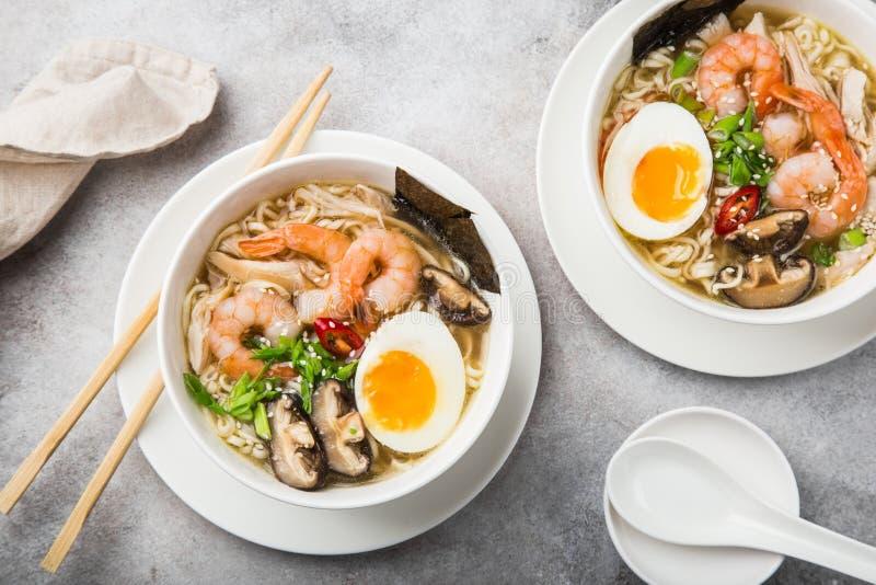 RamenNudelsuppe mit Garnele, Shiitake mushroms und Ei im Weiß stockbilder
