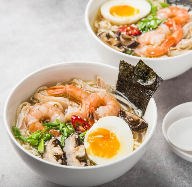 RamenNudelsuppe mit Garnele, Shiitake mushroms und Ei im Weiß lizenzfreie stockfotografie