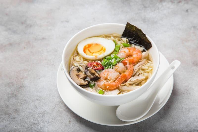 RamenNudelsuppe mit Garnele, Shiitake mushroms und Ei im Weiß lizenzfreie stockbilder