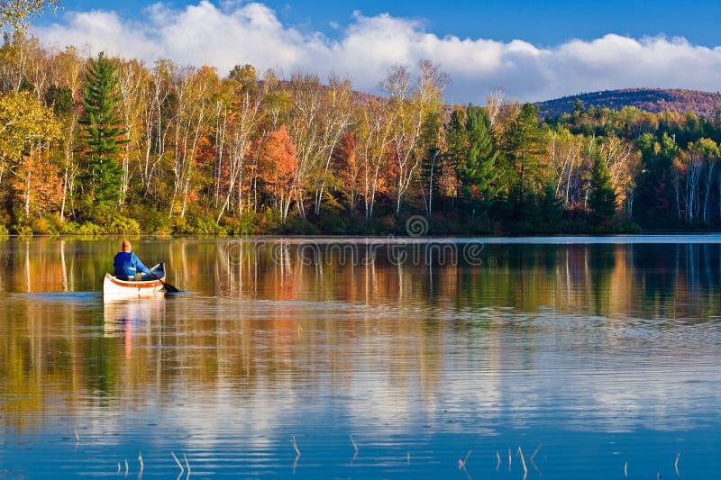 Ramer dans des couleurs d'automne de la Nouvelle Angleterre photo libre de droits