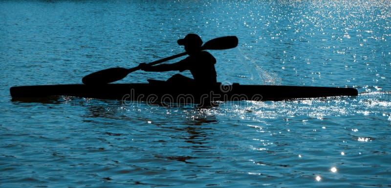 Rameur (kayaker) sur l'eau image libre de droits