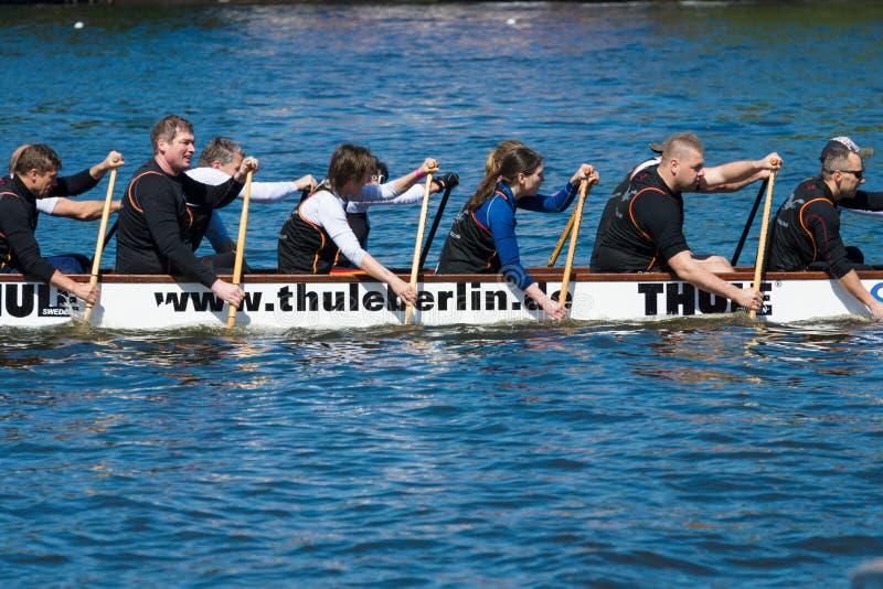 Rameurs dans un bateau photos libres de droits