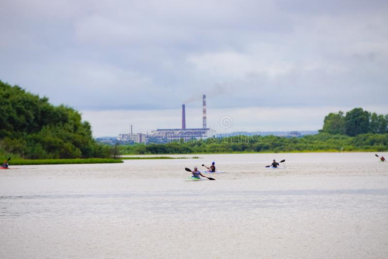 Rameurs de kayak sur la rivière image libre de droits