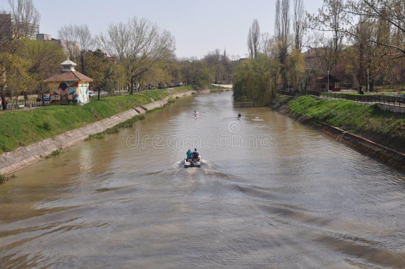 Rameurs sur la rivière photos stock