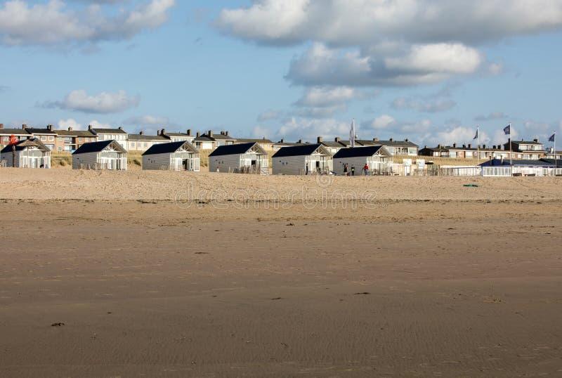Ramez les maisons de plage blanches à la côte néerlandaise dans Katwijk, Pays-Bas image libre de droits