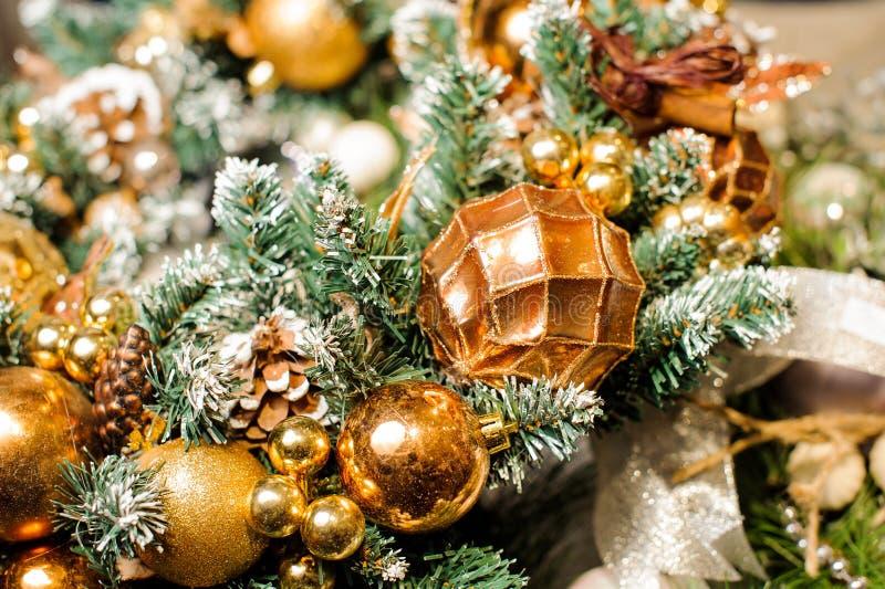 Rami dell'albero di Natale decorati con neve ed i giocattoli artificiali fotografia stock libera da diritti