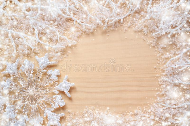 Rami gelidi bianchi, coperti di neve, di fiocco di neve e di spazio rotondo della copia su fondo di legno non dipinto naturale immagine stock libera da diritti