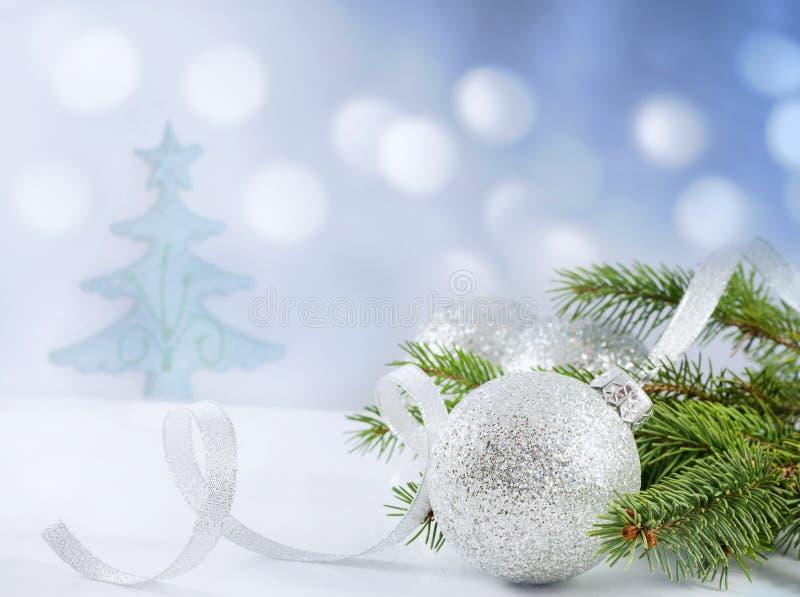 Ramificación de la Navidad de la cinta y de la chuchería del árbol imagenes de archivo
