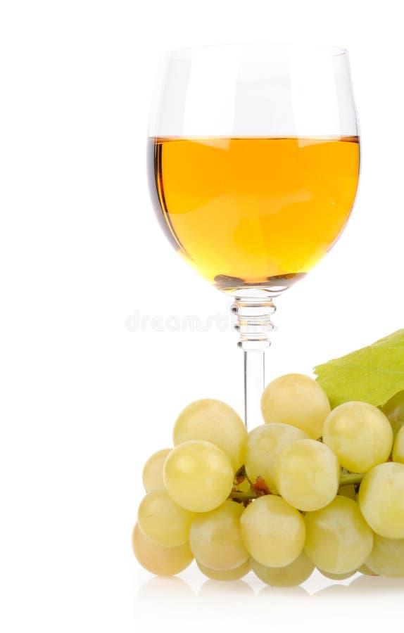 Ramificación de uvas y del vidrio de vino imagenes de archivo