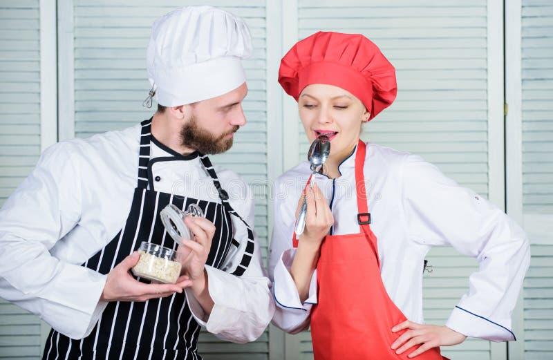 Ramingssmaak Gezond voedsel Gezonde voeding Kokende gezonde maaltijd Probeer enkel dit Heerlijke Maaltijd Vrouw en gebaard royalty-vrije stock afbeeldingen