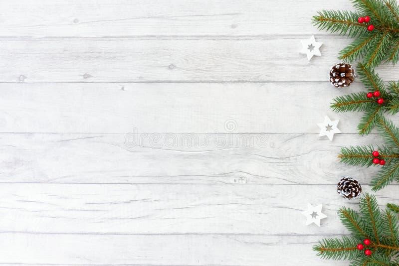 Ramitas del árbol de abeto del fondo de la Navidad, estrellas y conos del pino fotografía de archivo
