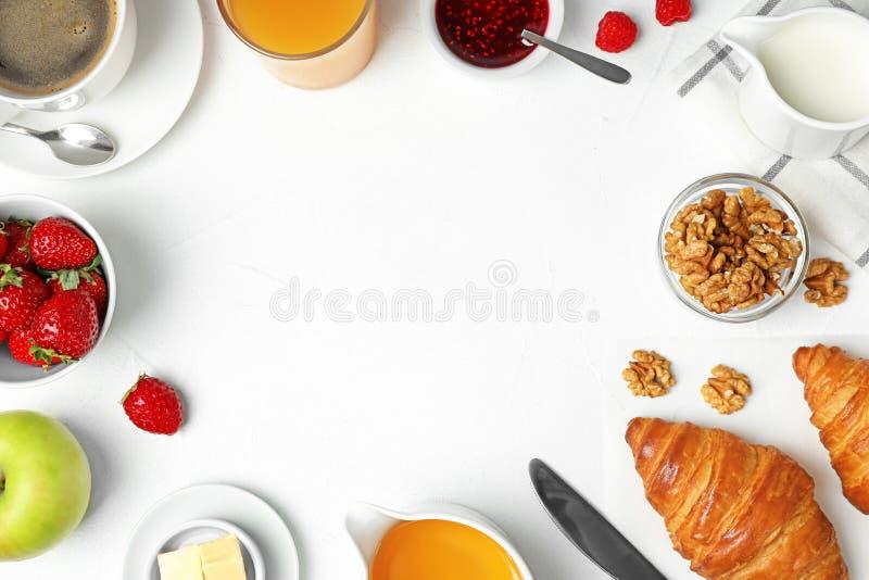 Ramka z smacznym posiłkiem na śniadanie na białym stole Odstęp tekstu obraz royalty free