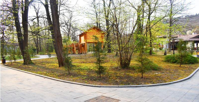 Ramnicu Valcea, Rom?nia 02 04 2019 - O parque bonito de Zavoi em um dia ensolarado da mola fotos de stock