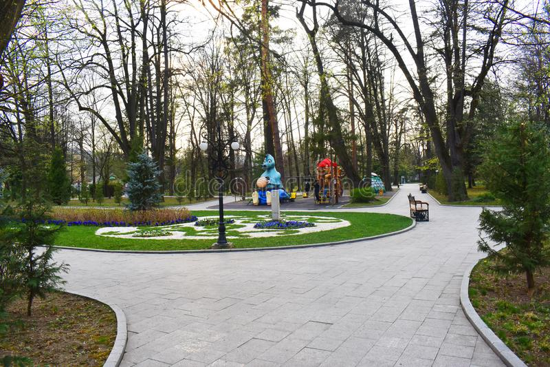 Ramnicu Valcea, Romania 02 04 2019 - Il bello parco di Zavoi in un giorno soleggiato della molla immagini stock