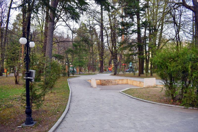 Ramnicu Valcea, Rumania 02 04 2019 - El parque hermoso de Zavoi en un d?a soleado de la primavera foto de archivo libre de regalías