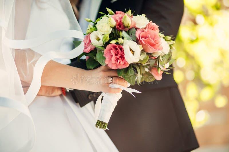 Ramo agradable de la boda en mano del ` s de la novia foto de archivo libre de regalías