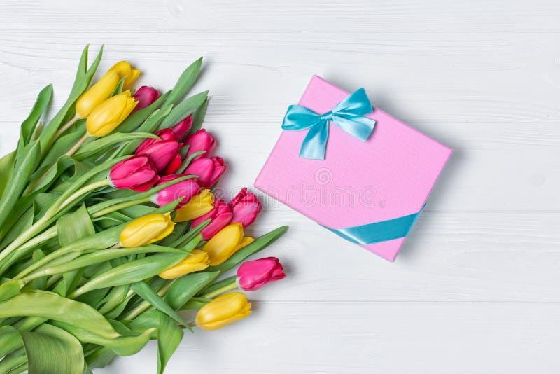 Ramo amarillo y rosado fresco hermoso de los tulipanes con la caja de regalo fotografía de archivo