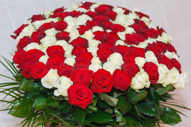 Ramo asombroso de rosas rojas y blancas frescas para el día del ` s de la tarjeta del día de San Valentín, el 8 de marzo, el cump foto de archivo libre de regalías