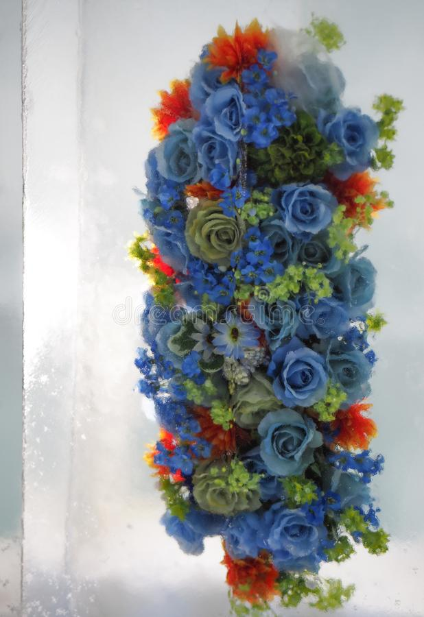 Ramo azul de las flores de las rosas en cubo de hielo foto de archivo libre de regalías