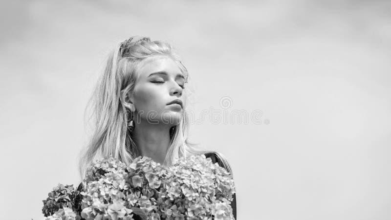Ramo blando de las flores de la hortensia del control del modelo de moda de la muchacha Estilo del maquillaje y de la moda Primav imágenes de archivo libres de regalías