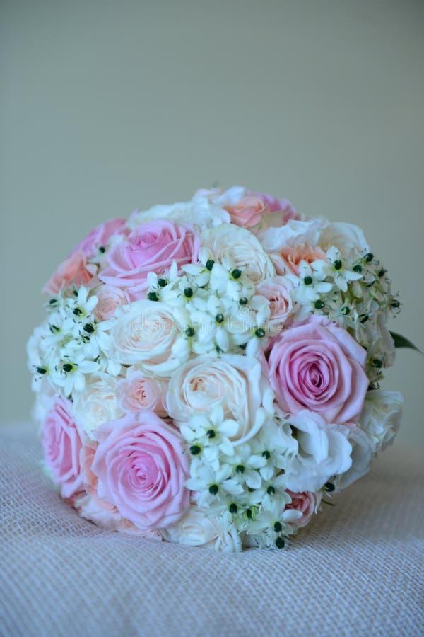 Ramo bonito de la boda del verano con diversas rosas de los colores fotografía de archivo