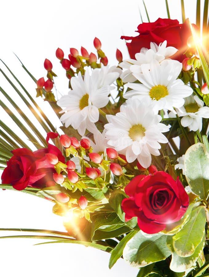 Ramo brillante con las manzanillas y las rosas fotos de archivo libres de regalías