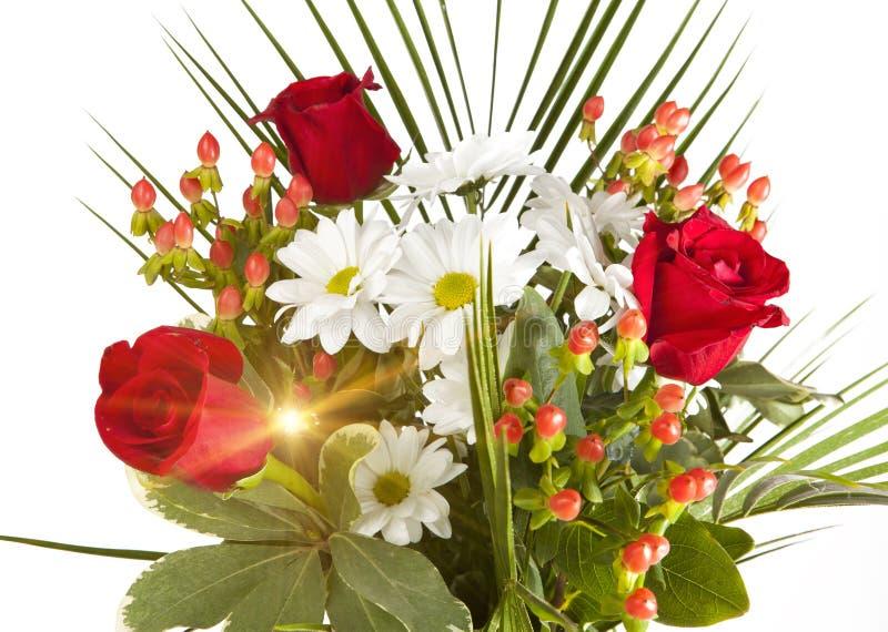 Ramo brillante con las manzanillas y las rosas fotografía de archivo libre de regalías
