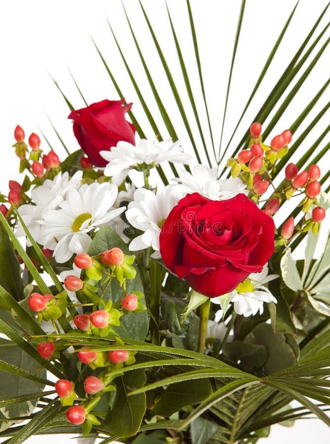 Ramo brillante con las manzanillas y las rosas fotografía de archivo