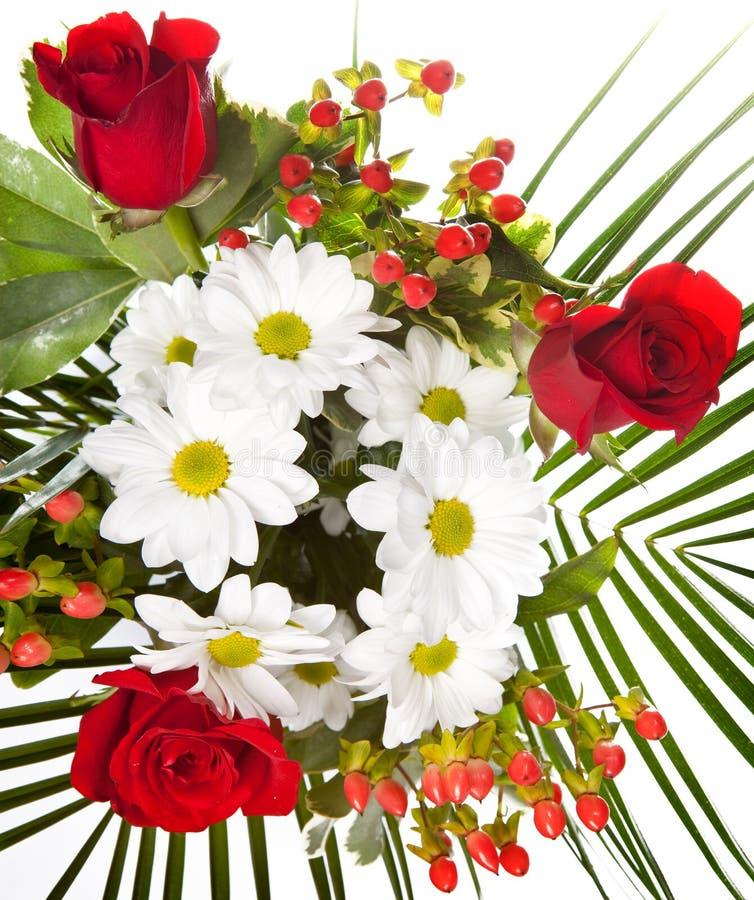 Ramo brillante con las manzanillas y las rosas en un fondo blanco fotos de archivo libres de regalías
