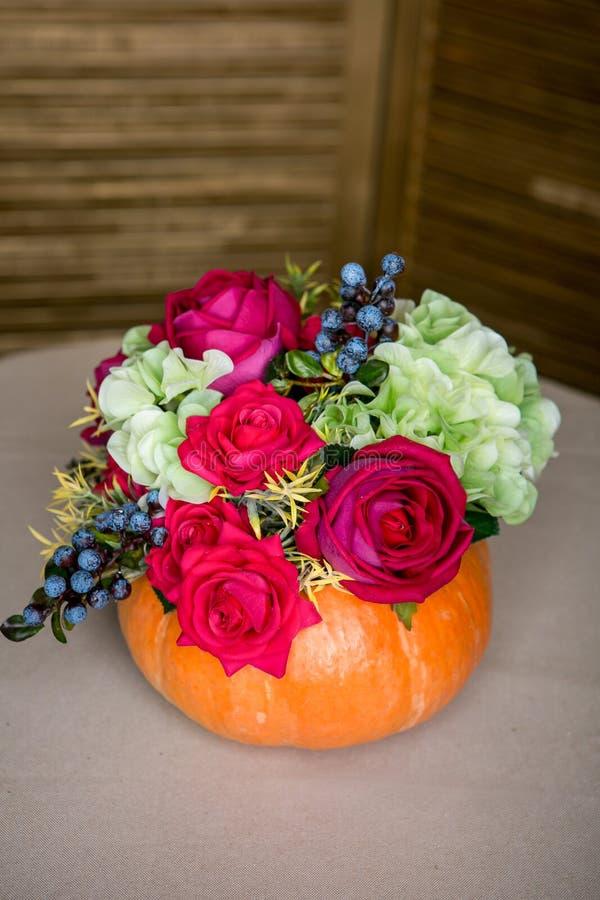 Ramo brillante del otoño en una calabaza en fondo oscuro imágenes de archivo libres de regalías