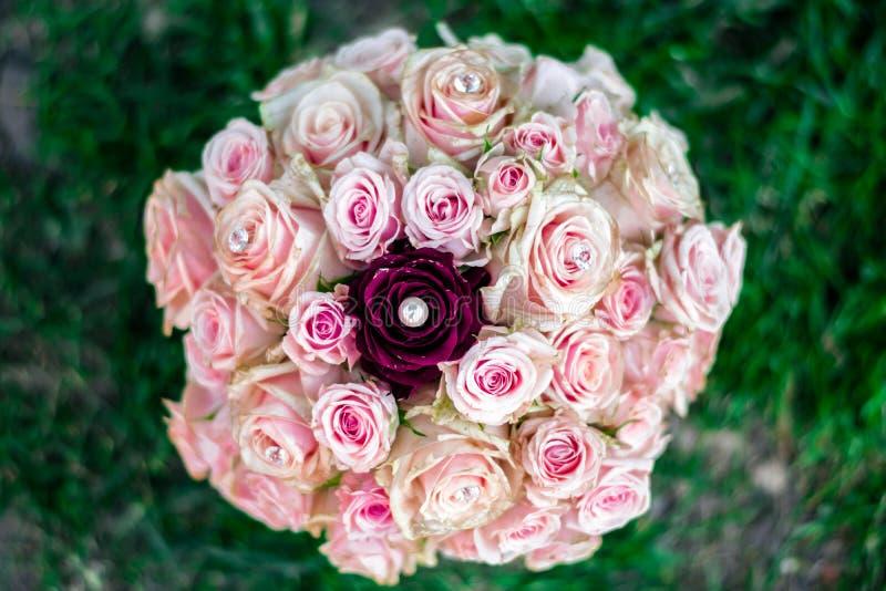 Ramo color de rosa nupcial fotografía de archivo libre de regalías