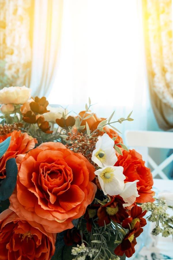 Ramo colorido de flores artificiales hechas de tela, rosas rojas falsas, espacio de la copia foto de archivo