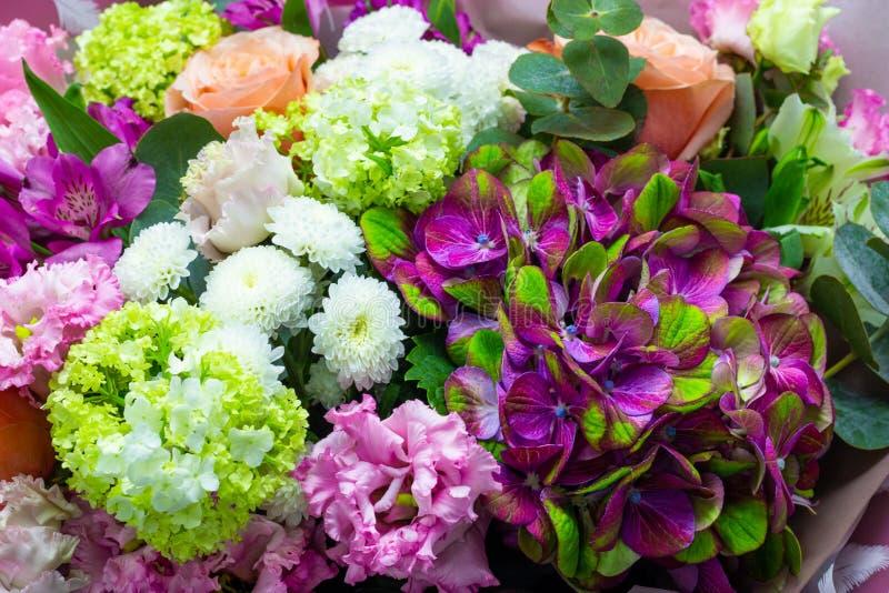 Ramo colorido de flores cercanas encima de fondo floral fotografía de archivo