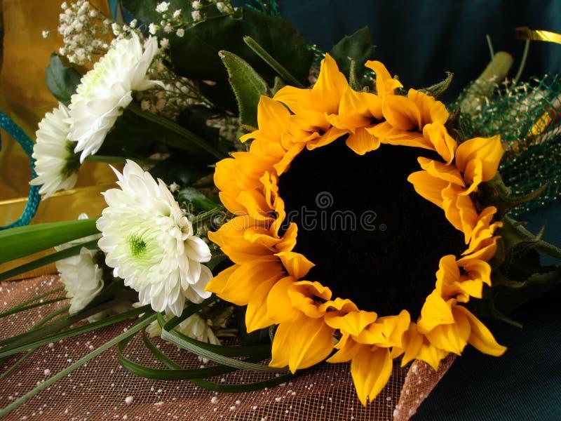 Ramo con el girasol y las flores blancas fotos de archivo libres de regalías